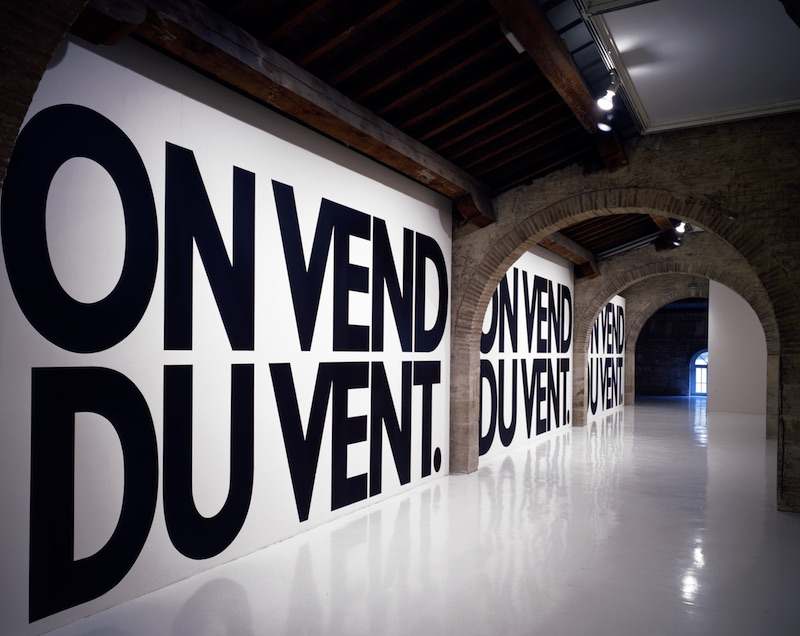 "Haim Steinbach, ""on vend du vent,"" 1988, courtesy CAPC musée d'art contemporain de Bordeaux"