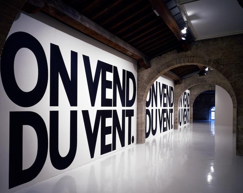 """Haim Steinbach, """"on vend du vent,"""" 1988, courtesy CAPC musée d'art contemporain de Bordeaux"""